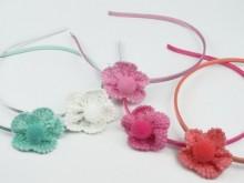 Vincha con cocarda de crochety pompón
