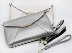 Cartera/billetera metalizada con cadena 24x15x2 cm